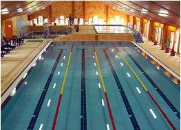 Egy ráckevei élményfürdő úszómedencéje - fénycsövek a víz alatt?