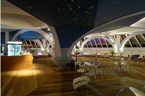 Kávézó a medencetér galériáján színes  fényvezető szálakkal (Aqualpalace Zalaegerszeg)