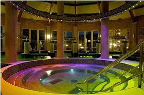 Központban egy színes medence – fényvezető  szállal (Siófok, Galerius Élményfürdő)
